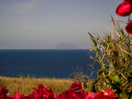 Am Horizont ist der Stromboli zu erkennen (ca. 60 km entfernt).