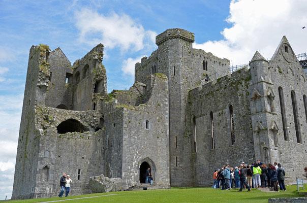 Die alte Steinburg auf dem Rock of Cashel ist ein einzigartiges Monument irischer Geschichte. Schon im 5. Jhd. machte der heilige Patrick die Burg zum Bischofssitz.
