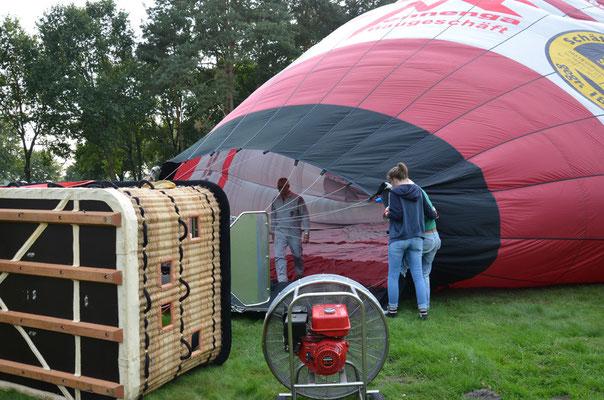 Heiße Luft wird in den Ballon geblasen.