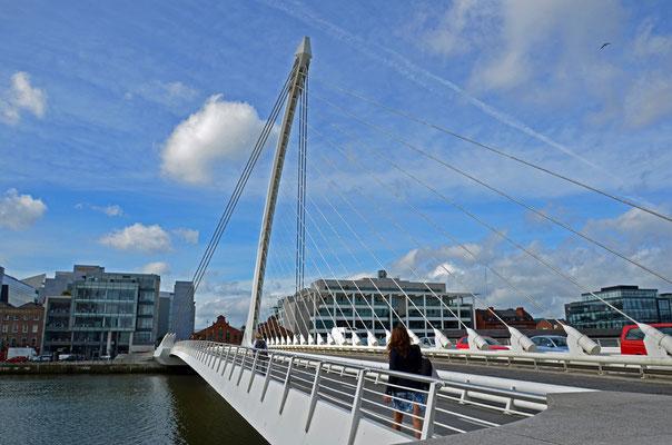 """Die Samuel Beckett Bridge ist ein neues Wahrzeichen Dublins im ebenfalls neuen und angesagten Stadt-Quartier """"North Dock""""."""