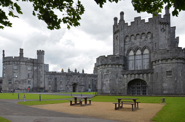 In der mittelalterlichen Stadt Kilkenny erhebt sich das mächtige Kilkenny-Castle.