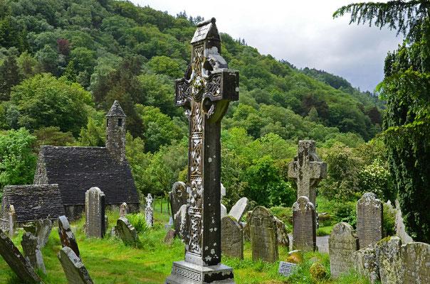 Die Klosterruine Glendalough in den Wicklow Mountains zählt wie die Ruine Clonmacnoise am Shannon zu den berühmtesten Sehenswürdigkeiten Irlands.