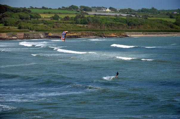 Kite-Surfer an der Südküste Corks zwischen den Orten Timoleague und dem Künstlerort Kinsale.