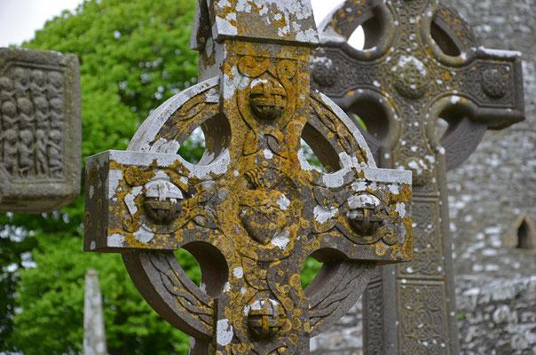 Der Friedhof der Klosterruine Monasterboice (Mainistir Bhuithe) in der Grafschaft Louth ist berühmt für seine Hochkreuze.