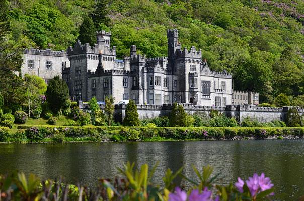 Die Kylemore Abbey ist die älteste irische Benediktinerinnenabtei und wurde 1665 gegründet und liegt im County Galway.