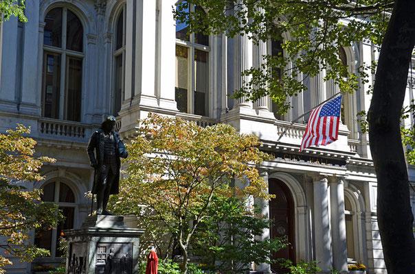 Die Old City Hall in der School Street diente von 1865 bis 1969 als Rathaus von Boston. Davor die Statue von Benjamin Franklin.