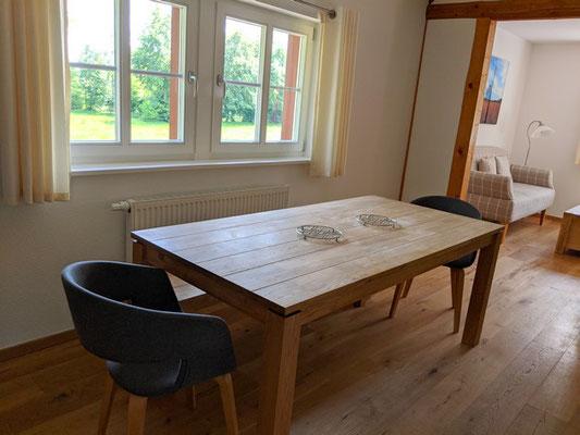 großer Esstisch mit Ausblick auf die Wiese