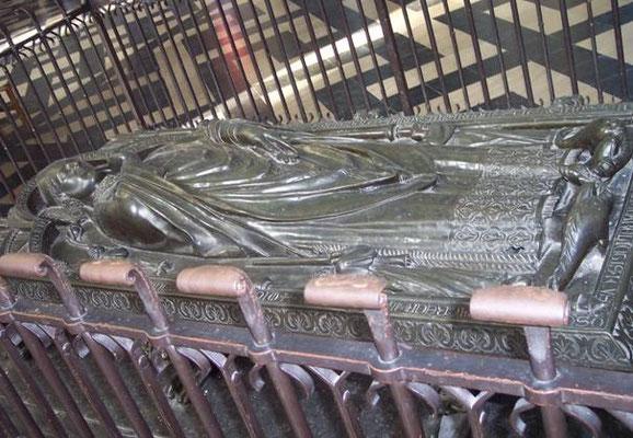 Gisant d'Evrard de FOUILLOY 45ème  Evêque d'Amiens 1211-1222, dans la Cathédrale d'Amiens, il en posa la première pierre, et  acheta la dîme de Poulainville. (Bronze du XIIIe siècle)