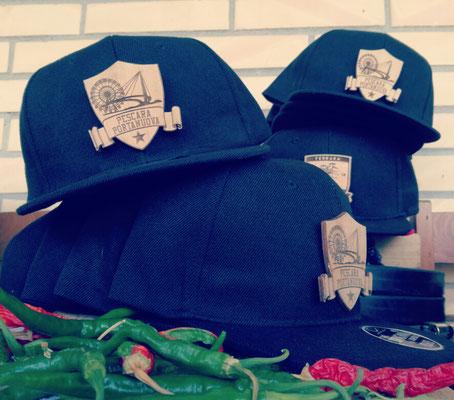 Cappelli con placchetta in legno personalizzato