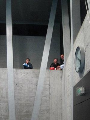 Kadri und seine beiden Trainer warten auf den Kampf