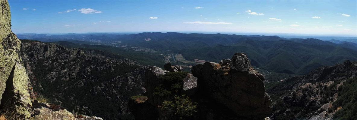 grandes voies terrain d'aventure au Caroux- la tour verte sur fond de vallée de l'Orb