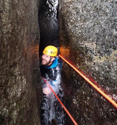 Canyoning sportif dans l'Hérault- un des rappels cavernicoles du Sailhens