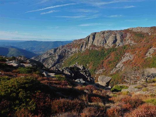 grandes voies au Caroux- couleurs d'automne sous la paroi du Bastion