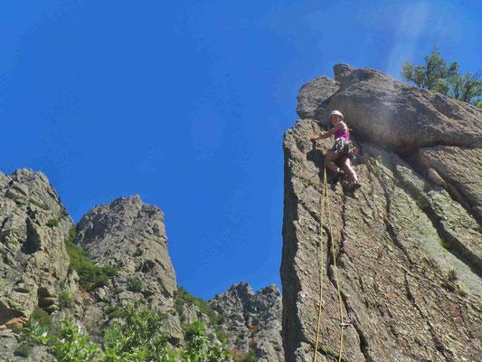 Grandes voies montagne au Caroux - dernier passage de l'arête des charboniers