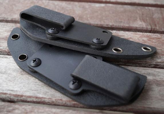 Die Scheiden der beiden Messer, gefertigt aus Kydex