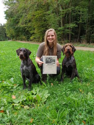 Anton vom Heuwald (rechts) mit seiner Hundeführerin Veronika Wolf und seiner Mutter Xylia vom Hertleinsberg, 178 Pkt. und 189 Pkt