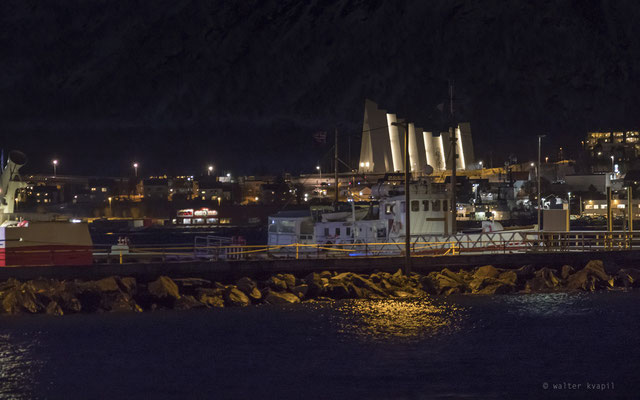 Hafen in Tromsø mit Blick auf die Eismeerkathedrale, nachmittags um 15:40 Uhr