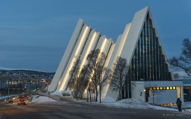 Rückseite der Eismeerkathedrale mit Glasmosaikfenster