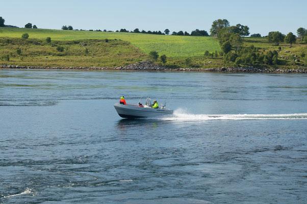 die Norweger machen sich einen Spaß und brettern mit ihren Booten über das aufgewühlte Wasser