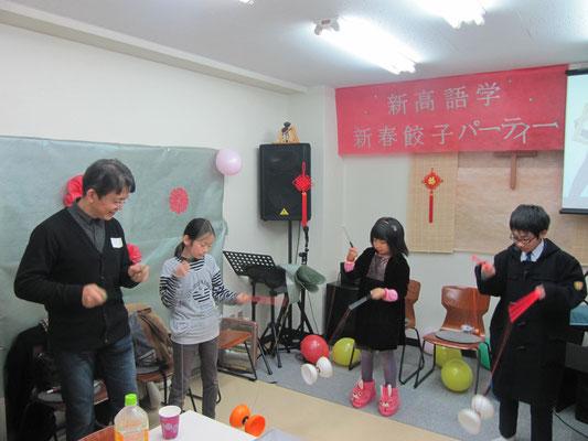中国語勉強中の子供達が中国の空竹体験