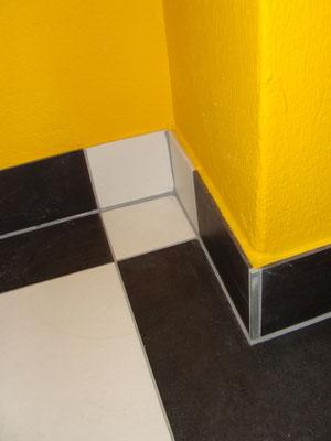 Plättli in Nasszelle, farbige Wand