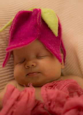 Babyshooting mit Blütenmütze