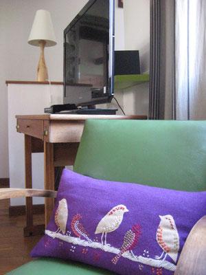 ©Sellen. Coin TV, lecteur CD-DVD et chaîne Hi-fi au salon du gîte de St-Mihiel.