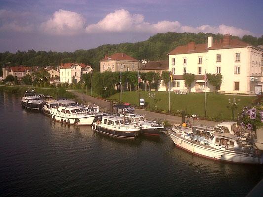 ©Sellen. Le port de Saint-Mihiel accueille de nombreux bateaux qui utilisent la Meuse.