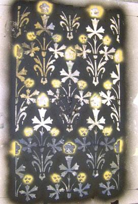 Schabloniertes florales Muster auf Wänden, 4 Farben