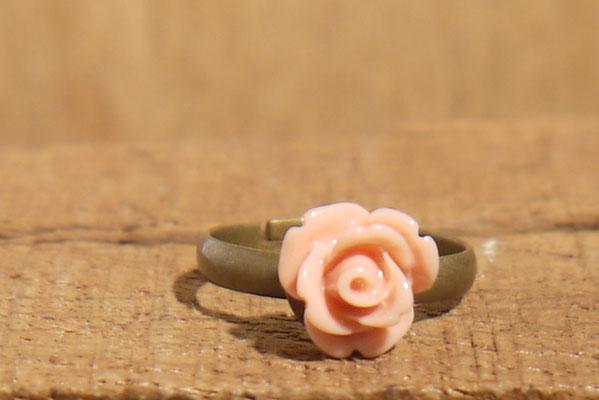 Schmaler Ring mit einer feinen Rose