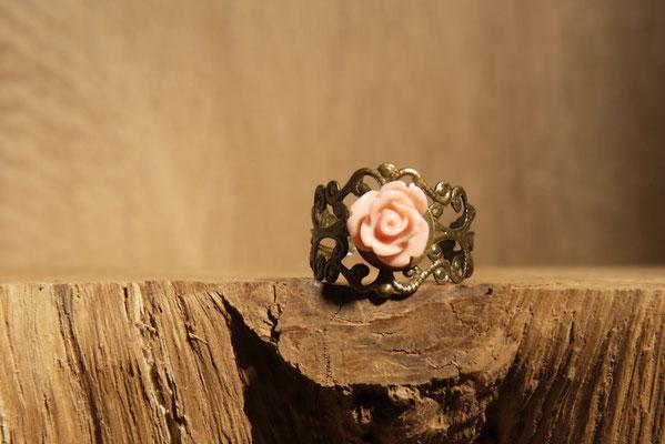 Reif am Finger mit einer Rose