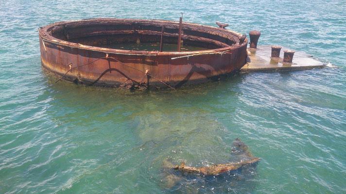 Reste des Schiffs ragen aus dem Wasser