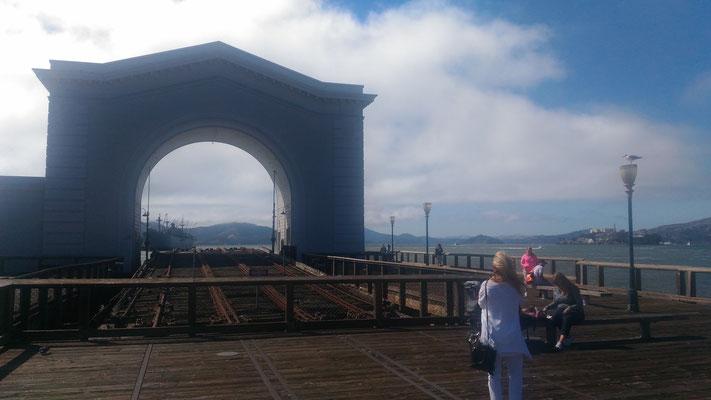 Hier wurden früher Cable Cars auf Fähren verladen - im Hintergrund Alcatraz