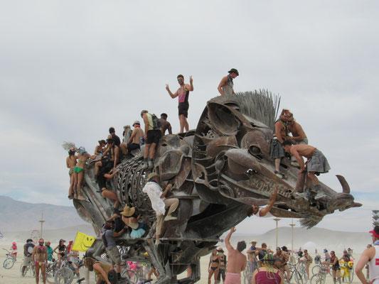 Ich auf einem gigantischen Rodeo-Stahl-Wildschwein