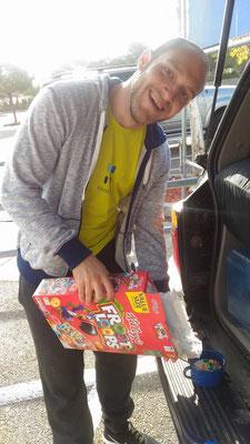 Vince im Paradies: Frootloops! Für mich hatte er 2 Kilo Schokomüsli dabei.