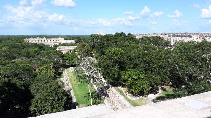 Die Sicht auf die Anlage vom größten Tempel