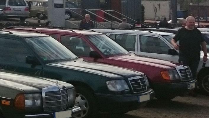 Bunte Vielfalt von Besucherfahrzeugen