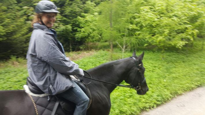Ich liebe das Reiten mit dem Pferd meiner grossen Tochter