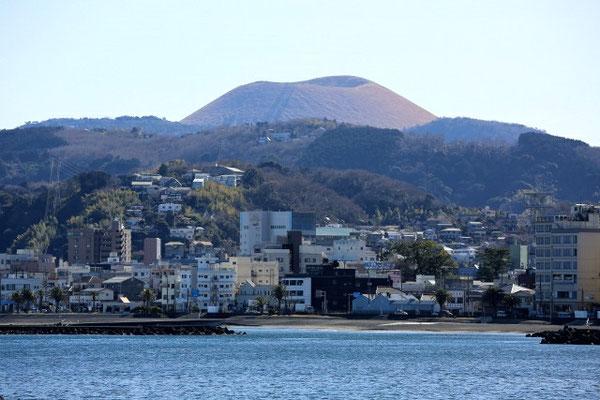 伊東市街と大室山
