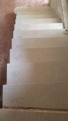 Geschliffene Treppe mit aufgefüllten Löchern