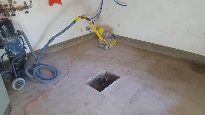 Betonboden mit der Aufraumaschine vorbereiten
