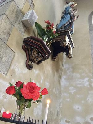 Un doux parfum de muguet et de rose de jardin dans l'église. Merci à la voisine