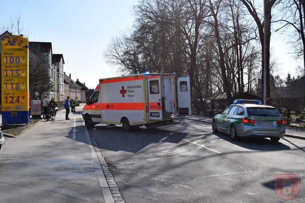 Der Rettungsdienst aus Deggendorf versorgte den leich verletzten Motorradfahrer