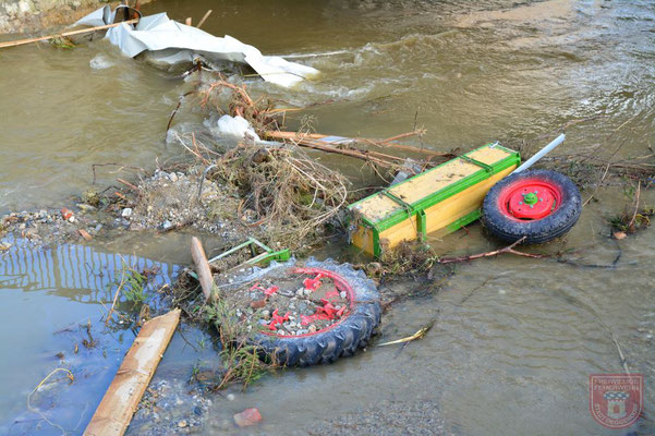 Ein Oldtimer im Flussbett