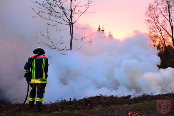 Schropp Simon bekämpft das Feuer mit dem Schnellangriff des Tanklöschfahrzeugs
