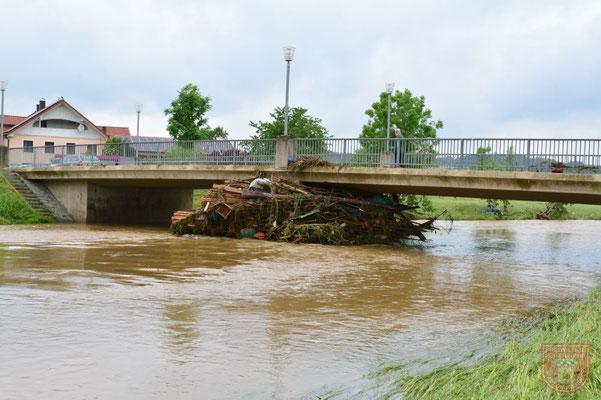 Treibgut an einer Brücke