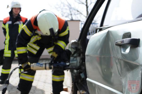 Obermeier Simon mit Rettungsschere am Fahrzeug