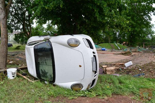 Ein Porsche wurde durch die Wassermassen mitgerissen
