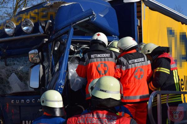 Der Rettungsdienst kümmerte sich intensiv um den eingeklemmten Fahrer