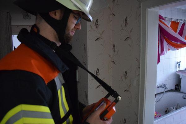 Simon Rastorfer bei einer Messung im Gebäude
